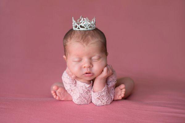 idas-de-fotos-creativas-para-recien-nacidos-tiara-istock2
