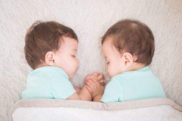 diferencias-entre-gemelos-y-mellizos-dos-bebes-acostados-istock