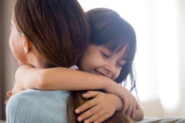 frases-bonitas-para-tus-hijos-madre-hija-abrazo-istock