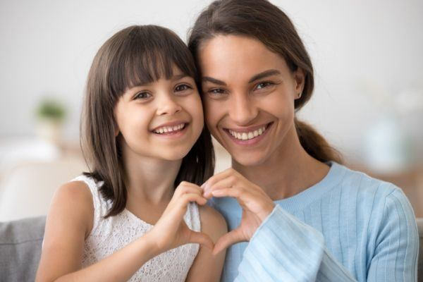 frases-bonitas-para-tus-hijos-madre-hija-corazon-istock