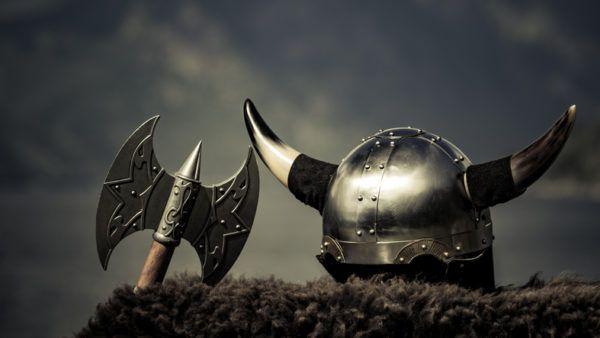 nombres-vikingos-para-bebe-casco-istock