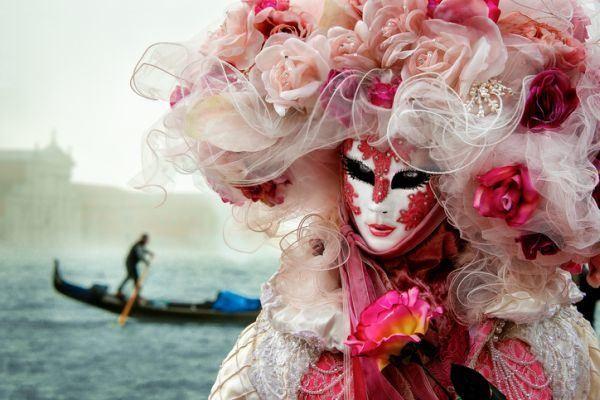 como-hacer-una-mascara-de-carnaval-venecia-istock