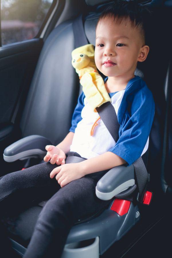 Alzador con el niño en el coche