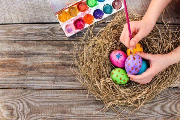 manualidades-con-ninos-cuarentena-huevos-de-color-istock