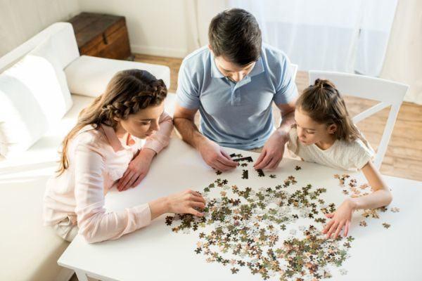 mejores-puzzles-para-hacer-con-ninos-hermanos-istock