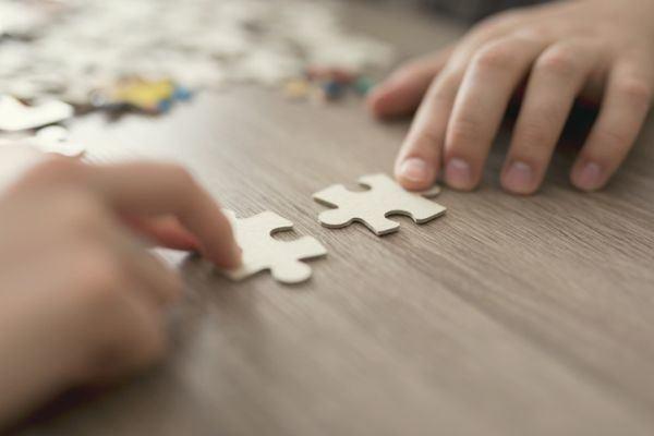 mejores-puzzles-para-hacer-con-ninos-manos-piezas-istock