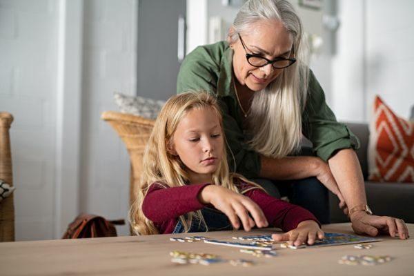 mejores-puzzles-para-hacer-con-ninos-nina-abuela-istock