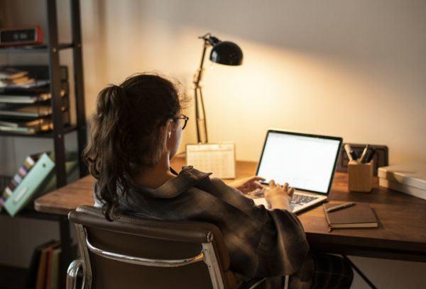 rutinas-de-estudio-en-casa-joven-estudia-portatil-istock