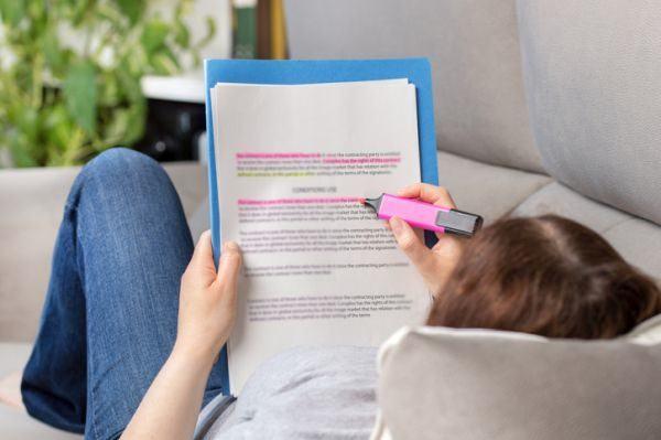 rutinas-de-estudio-en-casa-joven-estudia-sofa-istock