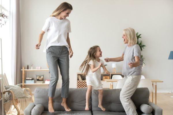 ideas-para-entretener-a-personas-mayores-en-casa-bailando-istock