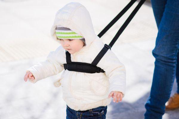 arnes-para-bebes-nino-y-madre-en-la-nieve-istock