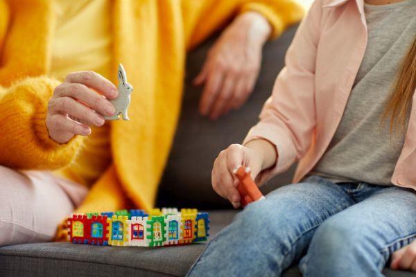 como-sustituir-a-los-abuelos-cuidando-ninos-juguetes-mujer-nina-istock