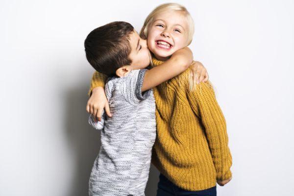 manualidades-dia-de-la-amistad-ninos-abrazo-istock