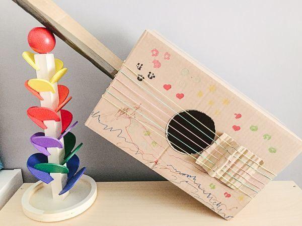 manualidades-dia-de-la-musica-guitarra-de-carton-madresylistas