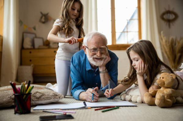 manualidades-para-el-dia-de-los-abuelos-dibujando-istock
