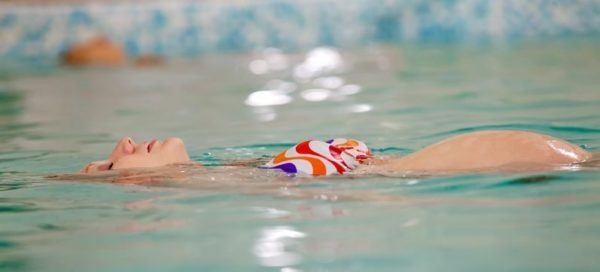 Es seguro nadar en una piscina con cloro durante el embarazo - Cloro en piscinas ...