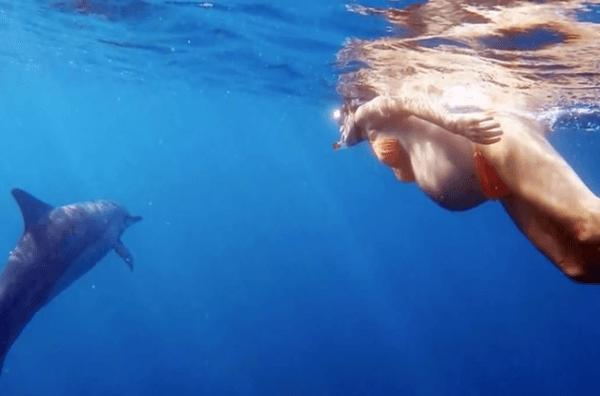 Una mujer está planeando un parto asistido por delfines en Hawai-embarazada-y.delfin