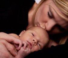 Abrazos de mamá y azúcar alivian dolor recién nacido