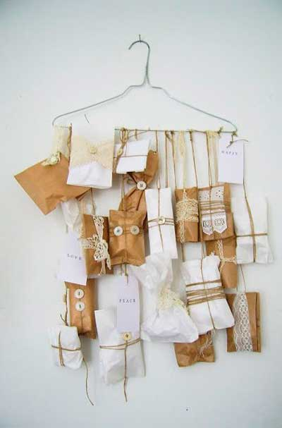 calendario-adviento-ninos-con-bolsas-y-sobres-de-papel-con-perchas-de-la-ropa