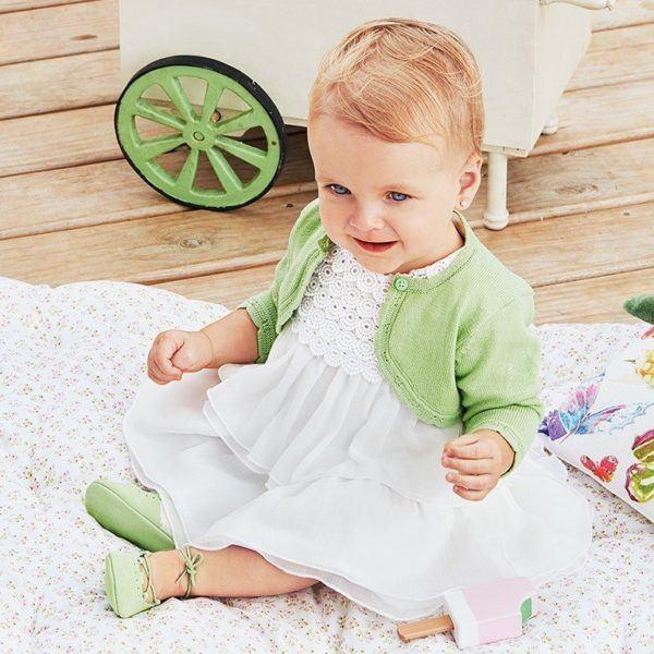 abc8d99b5 También entre la ropa de niña de Mayoral podemos apostar por otro modelo de  vestido como este que se presenta en un acertado color blanco.