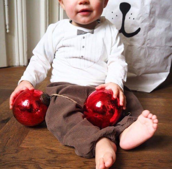 como-celebrar-la-navidad-con-el-bebe-bolas-de-navidad