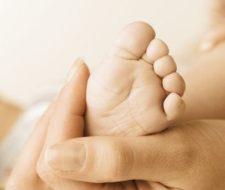 El bebé con pies planos