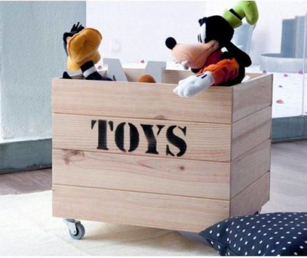 5 trucos perfectos para guardar y ordenar los juguetes de - Caja madera con ruedas ...