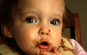 Permitir que los niños coman con los dedos, desarrollaría buenos hábitos.