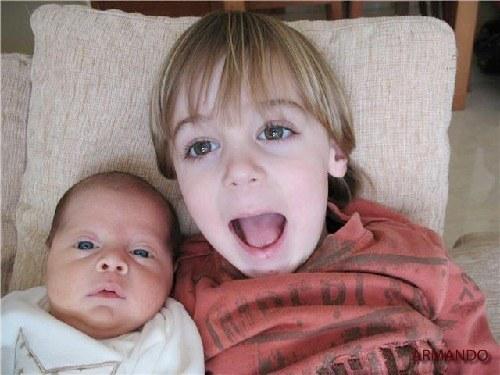 el hermano mayor y el bebe