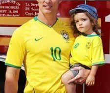 Padres famosos: Matthew McConaughey y su hijo Levi alientan a Brasil