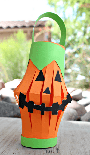 manualidades-de-halloween-con-rollos-de-papel-higienico-linterna