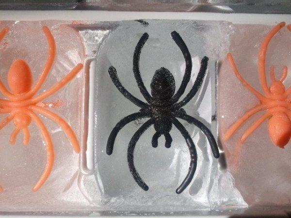 manualidades-halloween-para-ninos-de-primaria-cubitos-de-hielo-aranas
