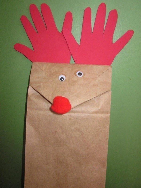 reno con una bolsa de papel para navidad