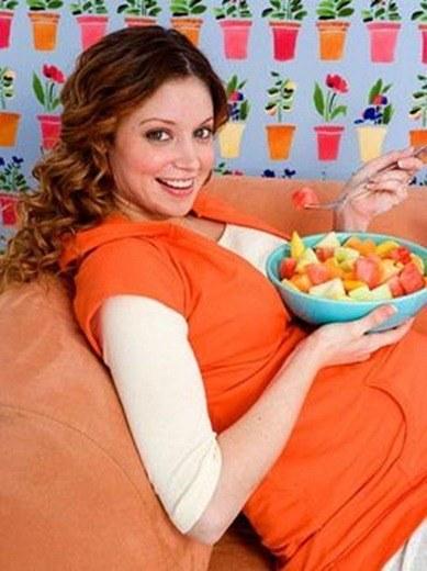 mujer-embarazada-comiendo
