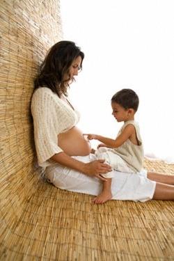 mujer embarazada y niño