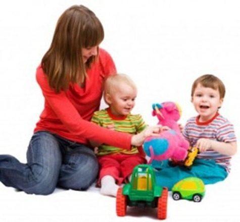 niñera-cuidando-niños