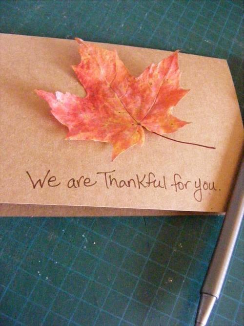 tarjetas-divertidas-de-accion-de-gracias-para-ninos-thanksgiving-day-tarjeta-hecha-con-hoja-pegada