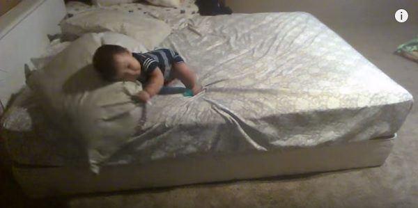 video-ingenioso-plan-de-un-bebe-para-poder-bajar-de-la-cama